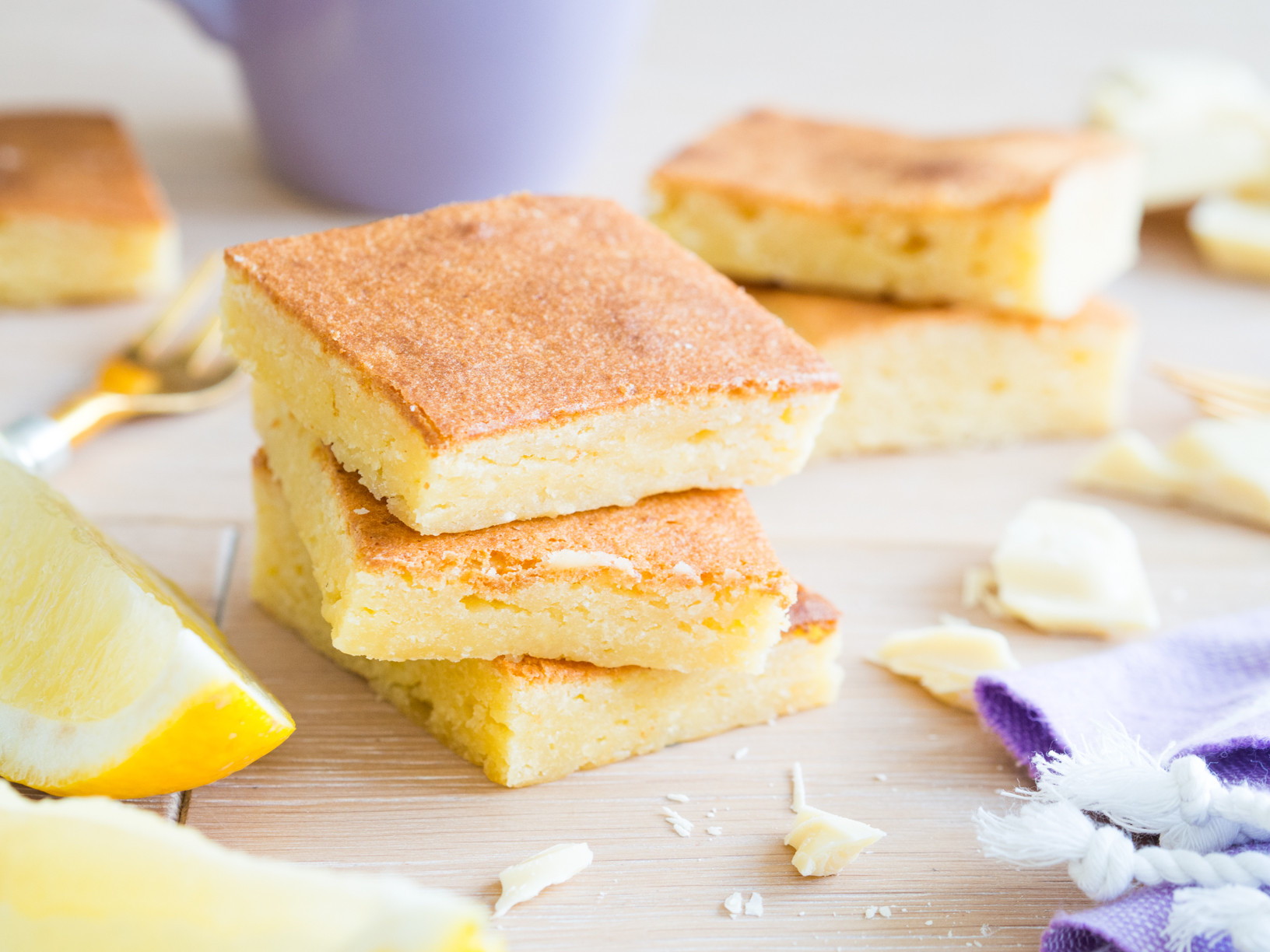 pokrojone na kwadraty ciasto cytrynowe blondie
