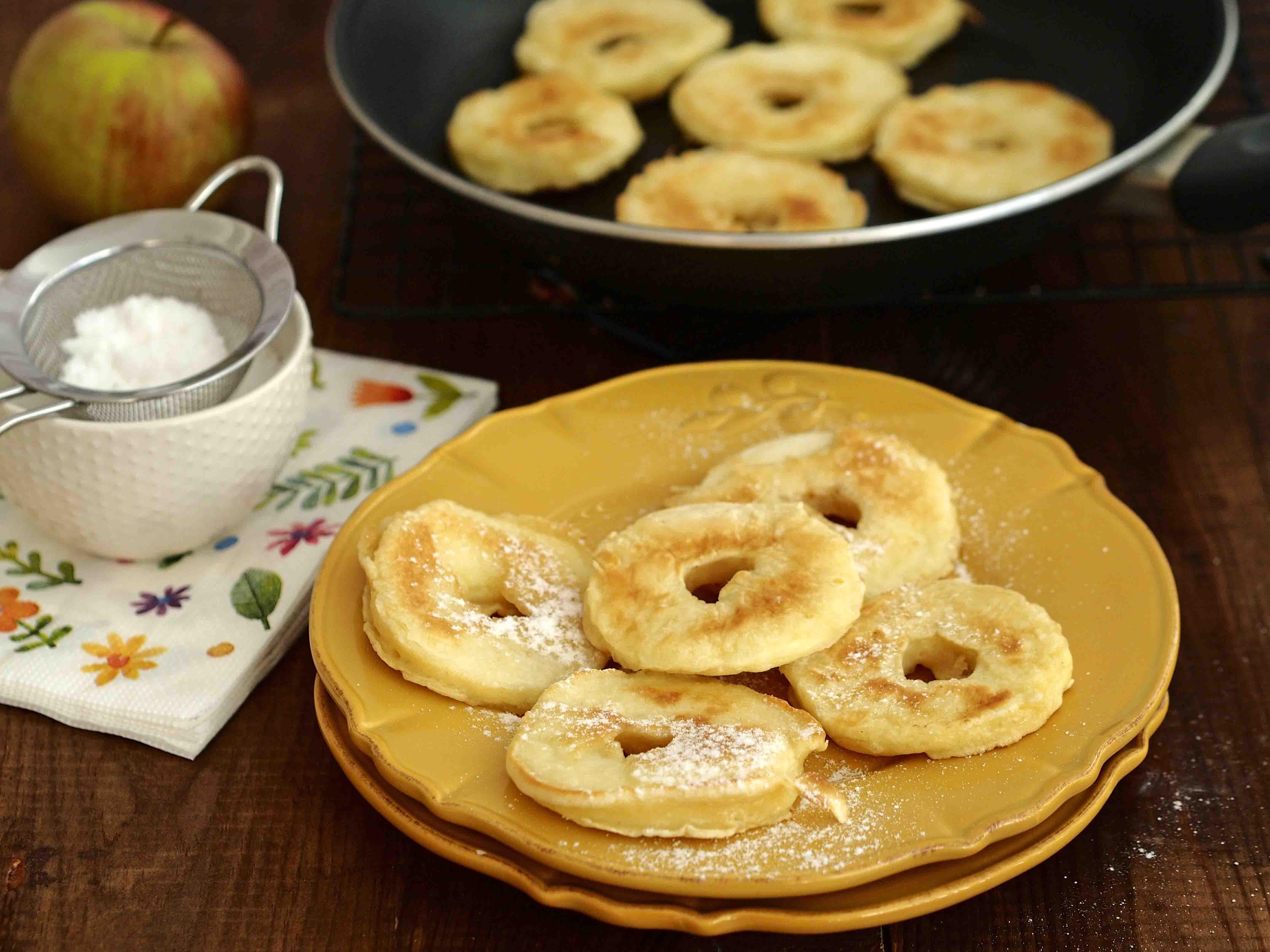 jabłka smażone w cieście naleśnikowym, oprószone cukrem pudrem - Wszystkiego Słodkiego