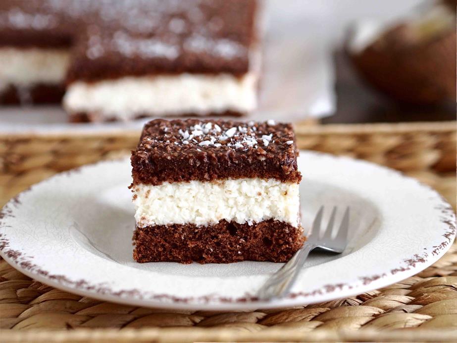 czekoladowe ciasto przełozone kokosowym kremem z wiórkami kokosowymi i polewą czekoladową