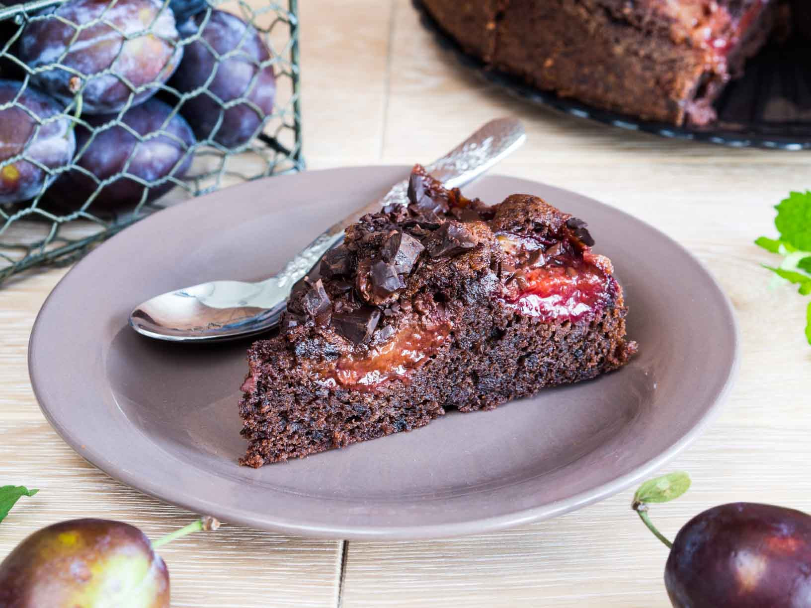 ciasto czekoladowe ze śliwkami na talerzyku