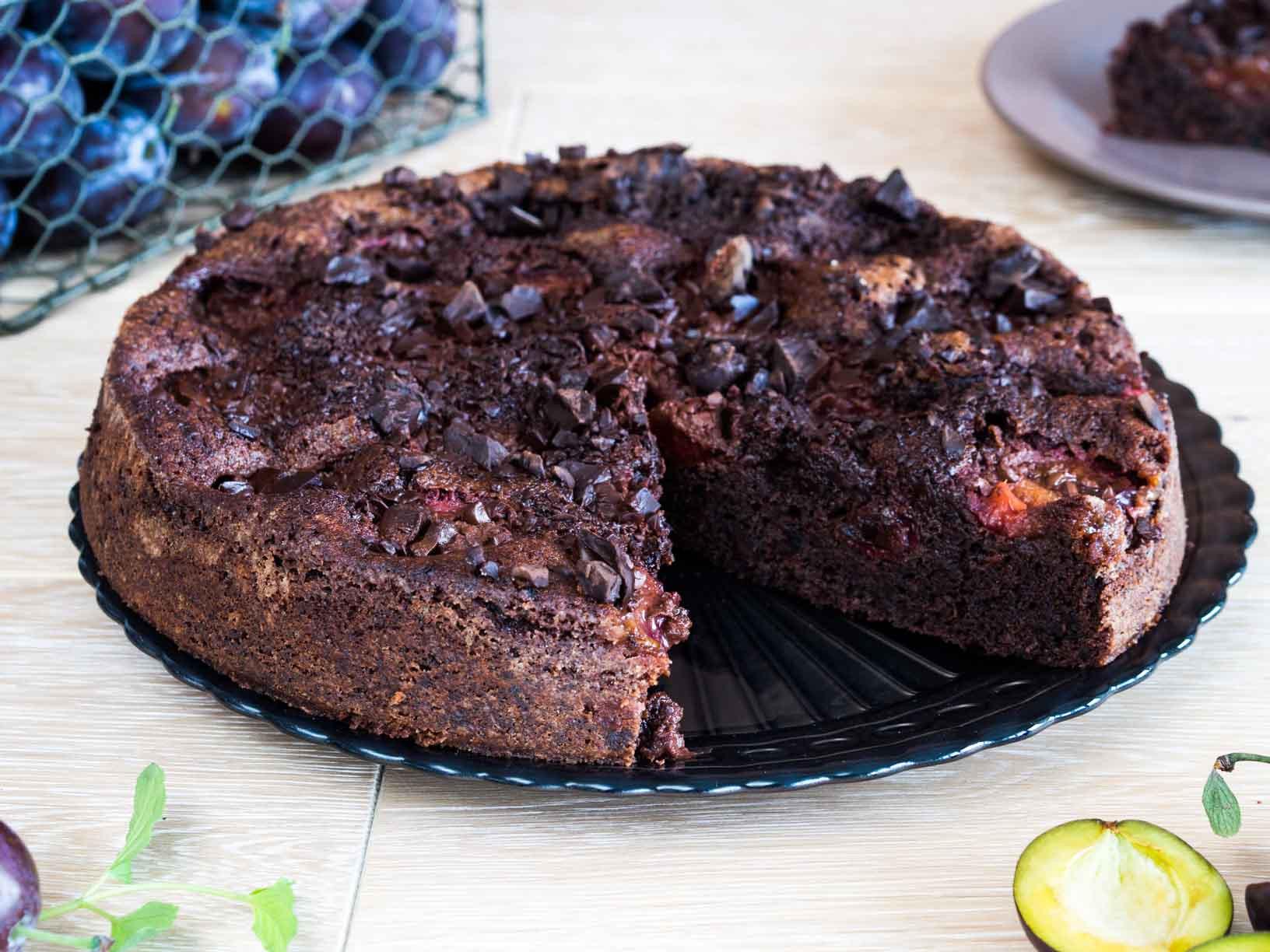 ciasto czekoladowe ze śliwkami na paterze