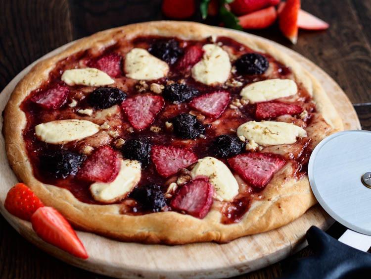 pizza na słodko z owocami i czekoladą