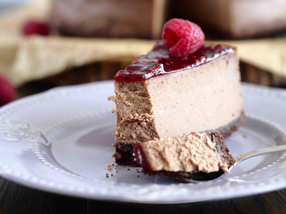 sernik czekoladowy na czekoladowym spodzie z konfiturą malinową