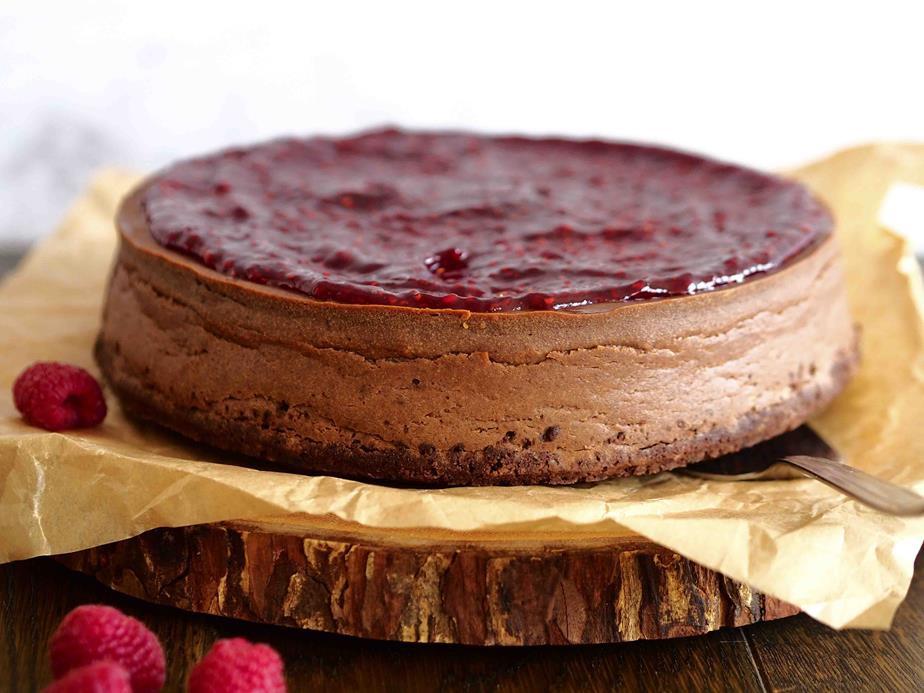 sernik czekoladowy z konfiturą malinową