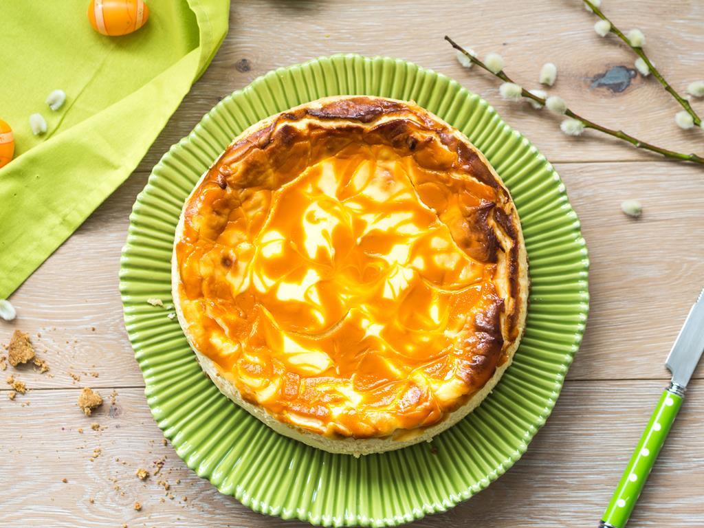 sernik pomarańczowy z ziemniakami położony na zielonym talerzu