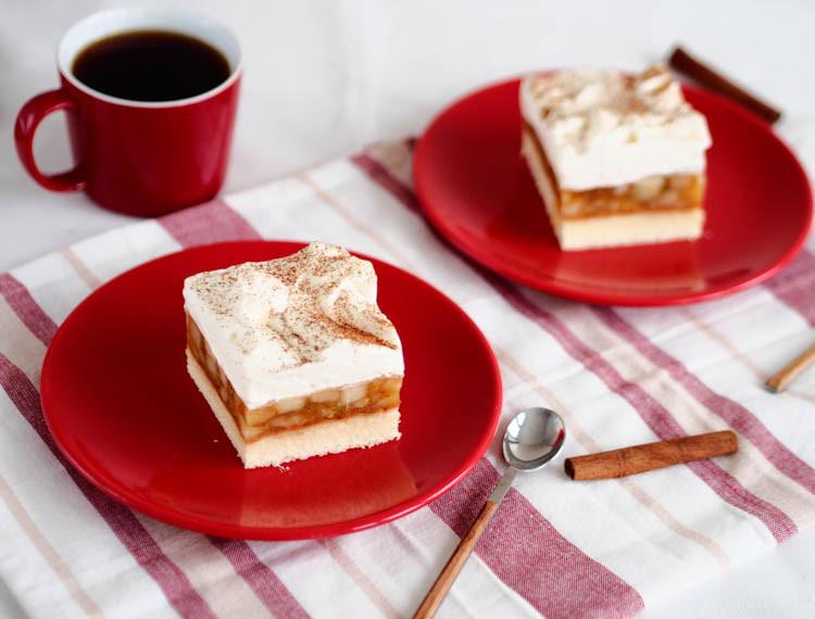 alpejska szarlotka, ciasto przełożone jabłkami z bitą śmietaną