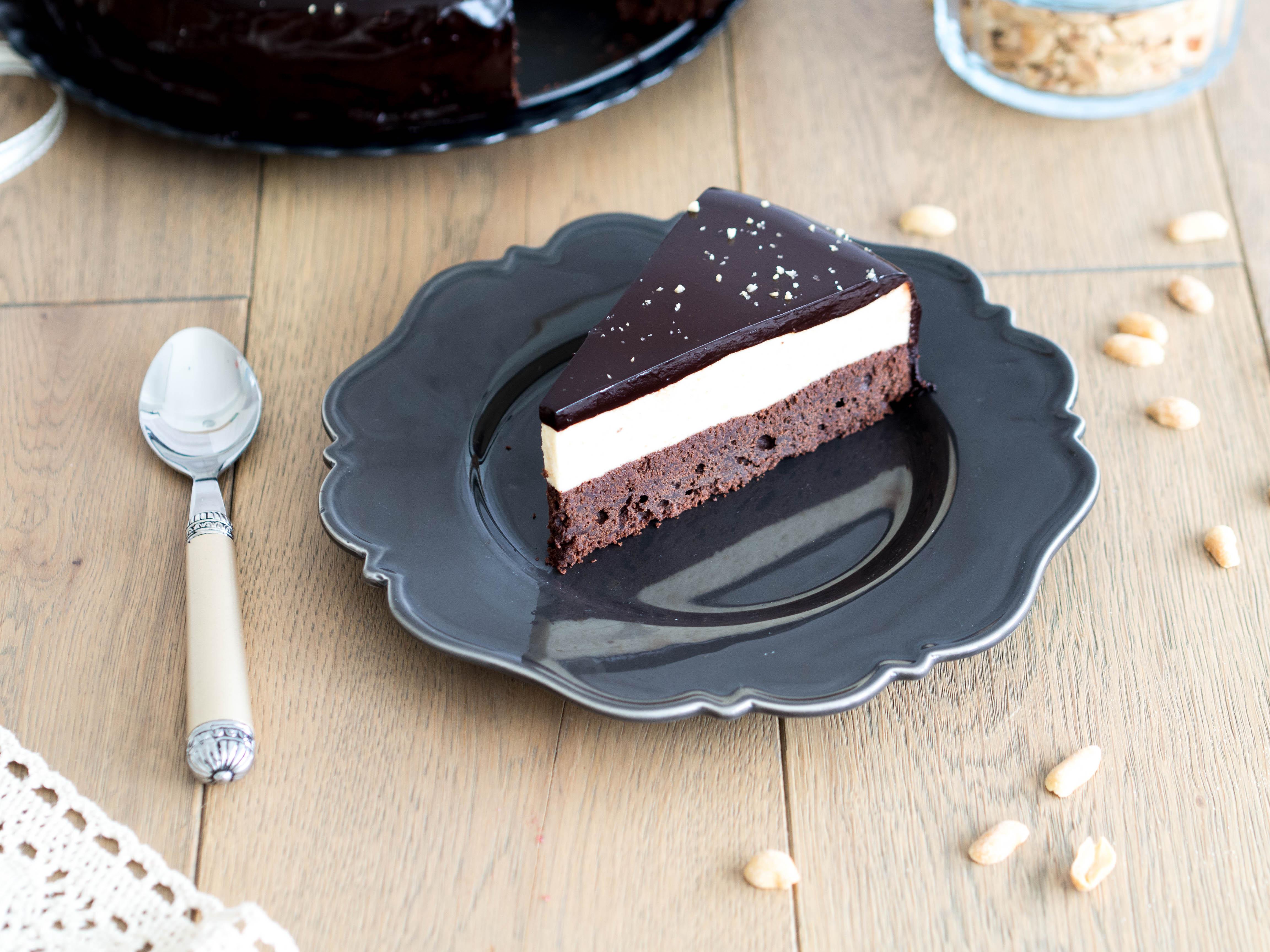 torcik czekoladowy  na czekoladowym  spodzie przełozony kremem orzechowym z błyszczącą polewą