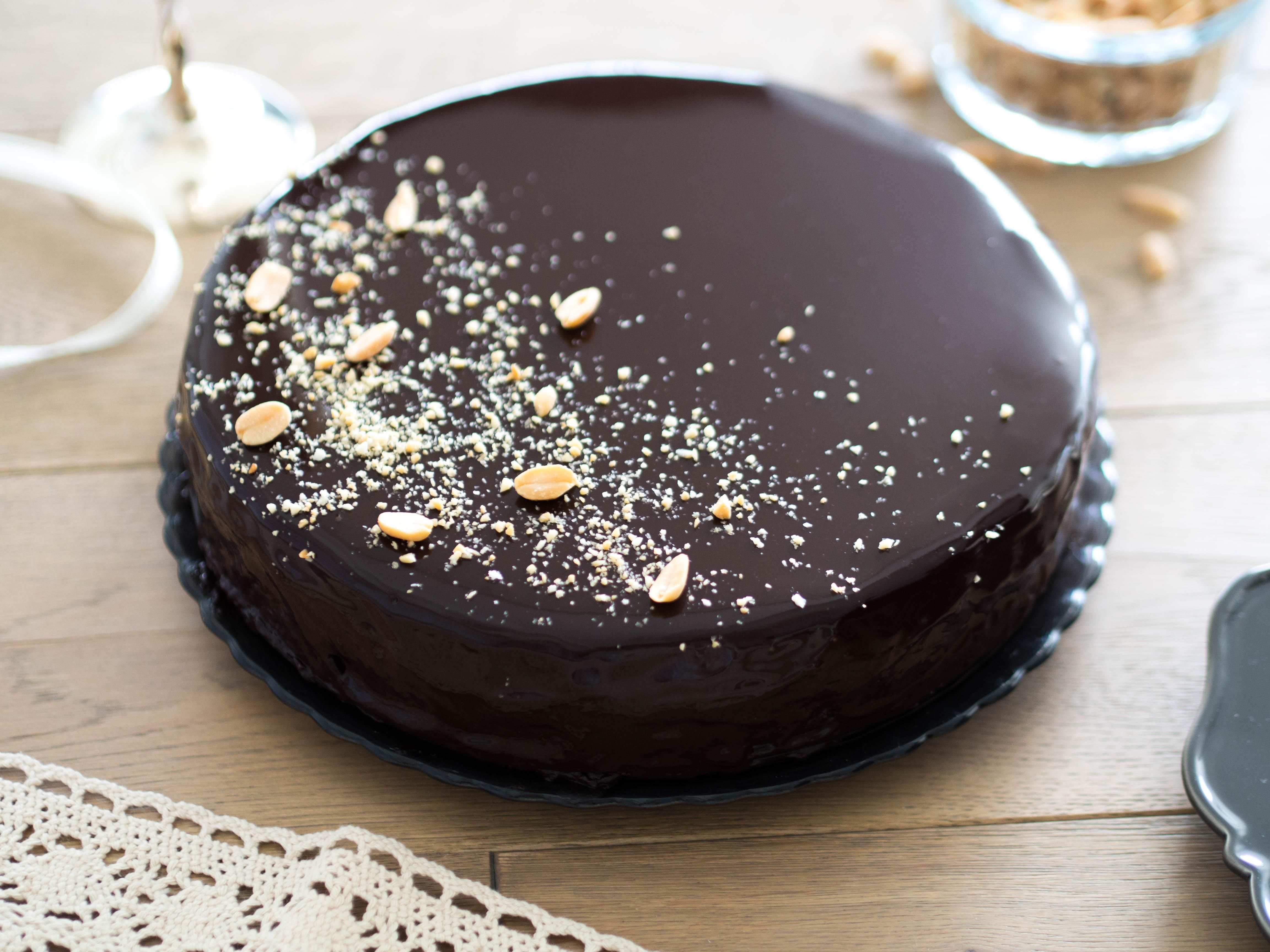 torcik czekoladowy z orzeszkami i lustrzaną polewą