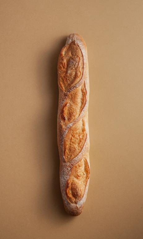 Bagietka, podłużna bułka z mąki pszennej z chrupiącą skórką