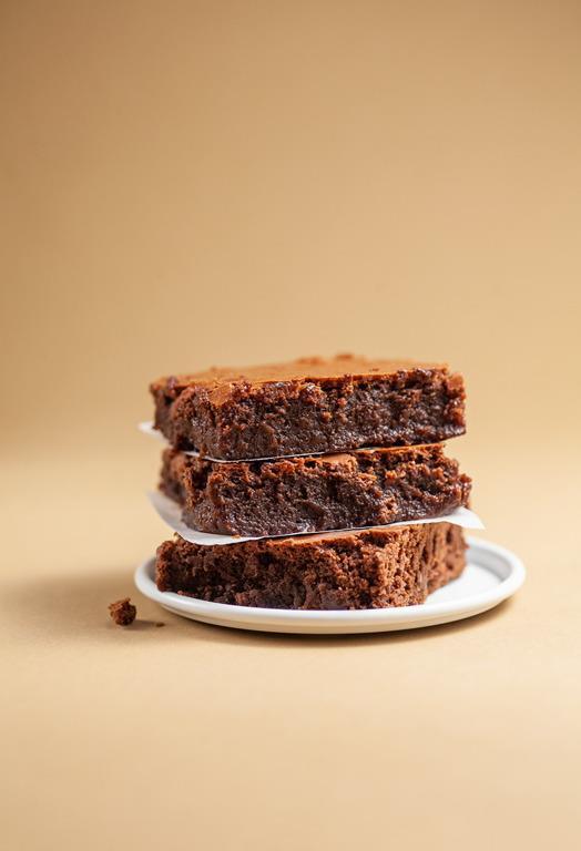 3 kawałki brownie ułożone jedne na drugim
