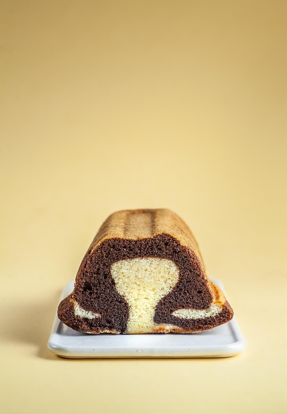 ciasto marmurkowe położone na białym talerzyku