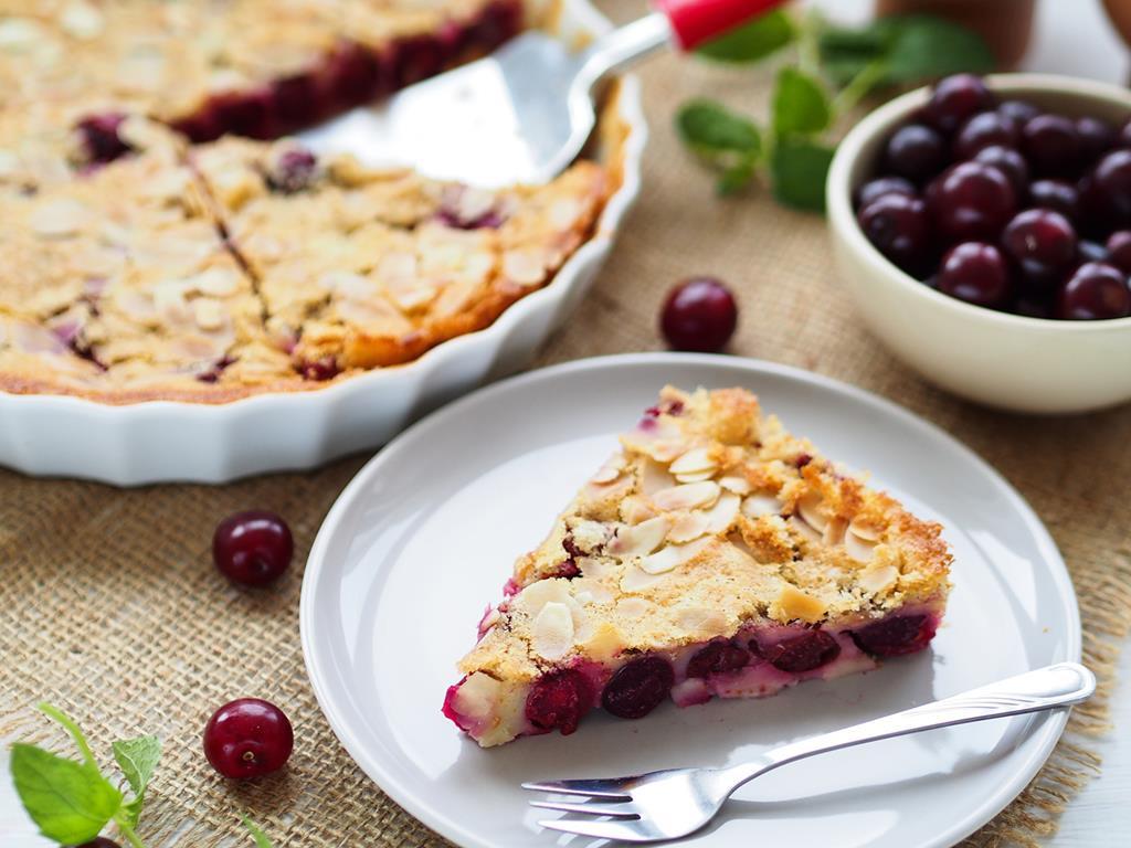 Ciasto Clafoutis z wiśniami na talerzyku - Wszystkiego Słodkiego