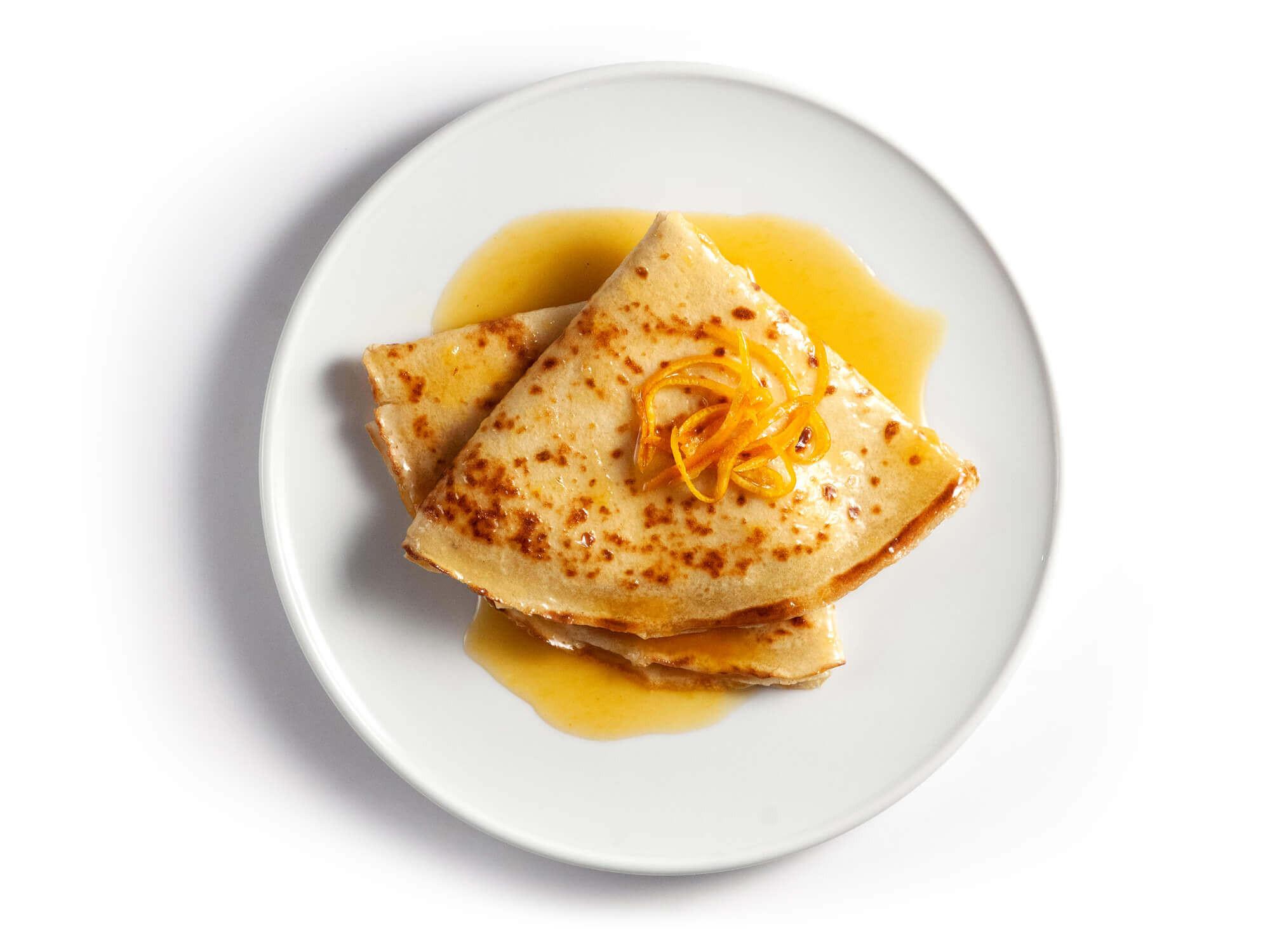 Naleśniki crepes suzette w karmelizowanym sosie pomarańczowym z likierem grand marnier..