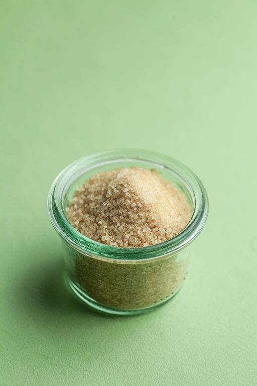 Cukier demerara w szklanym naczyniu.