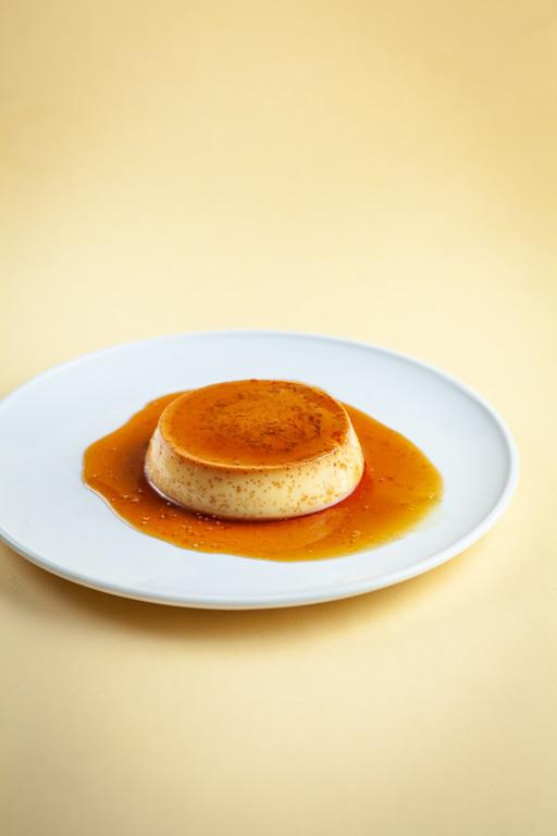Pudding flan polany karmelem na białym talerzyku