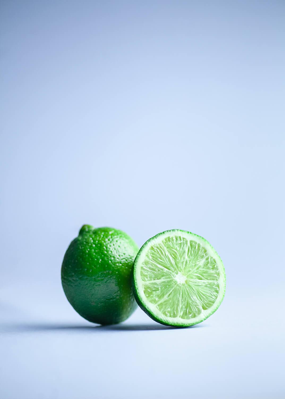 Świeży owoc limonki przekrojony na pół