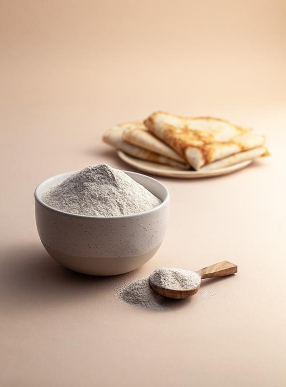 Mąka ryżowa w miseczce i naleśniki