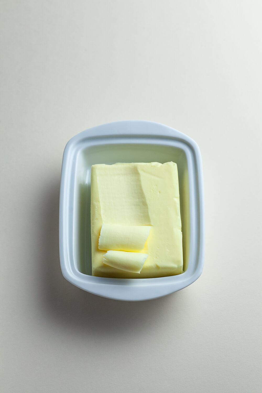 Kostka masła na talerzyku.