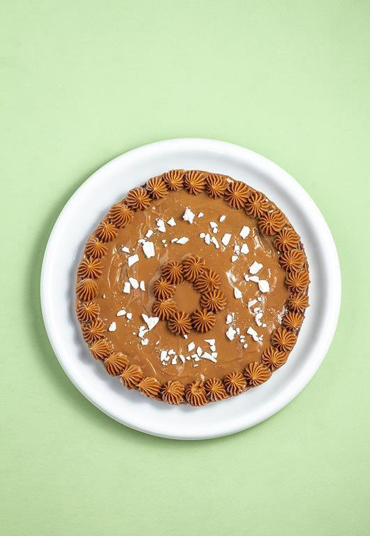 Okrągłe ciasto Mazurek z kajmakową polewą.