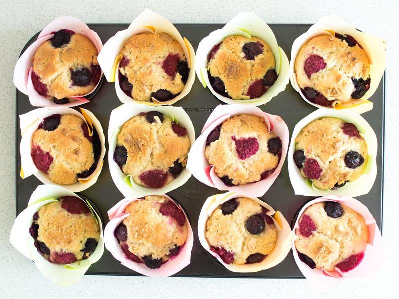 upieczone muffinki z owocami i białą czekoladą