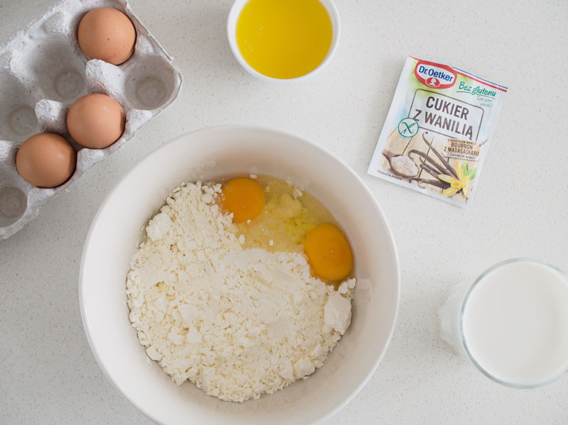 mąka bezglutenowa, jajka, roztopione maśło, cukier z wanilią