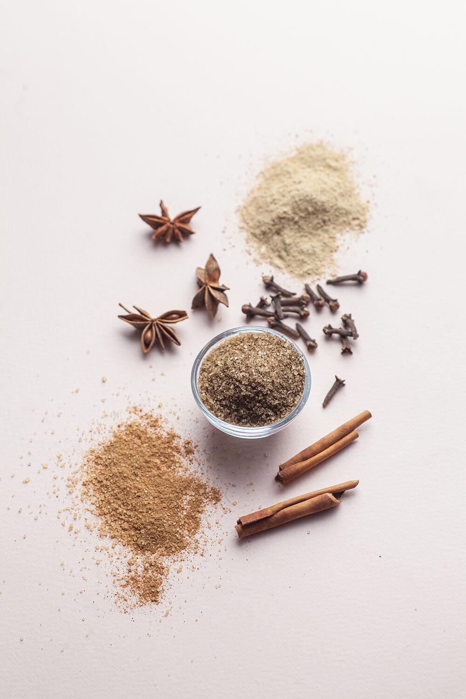 Zbiór przypraw korzennych: cynamon, goździki, anyż, imbir w proszku i inne.