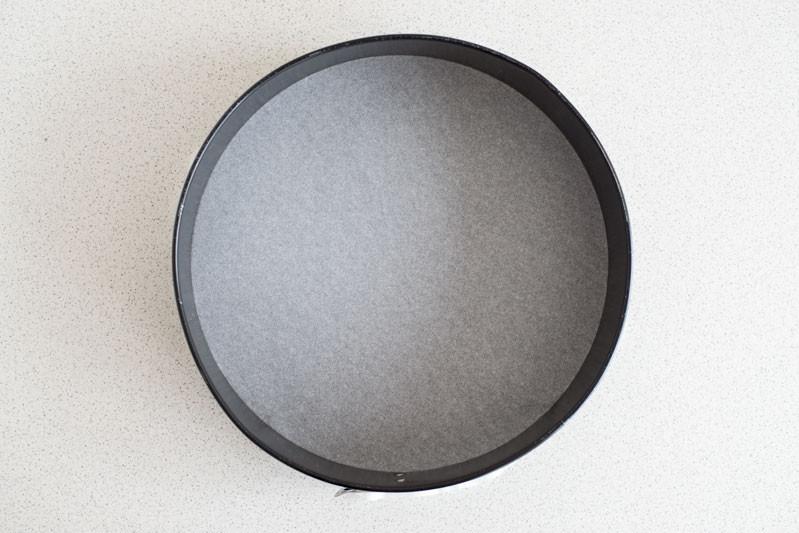 okrągła forma wyłozona papierem do pieczenia