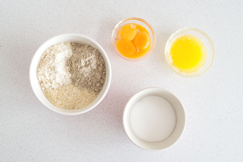 mielone migdały, mąka kokosowa, sól, cukier jajka i masło