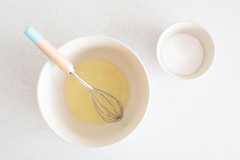 białka z cukrem na bezę