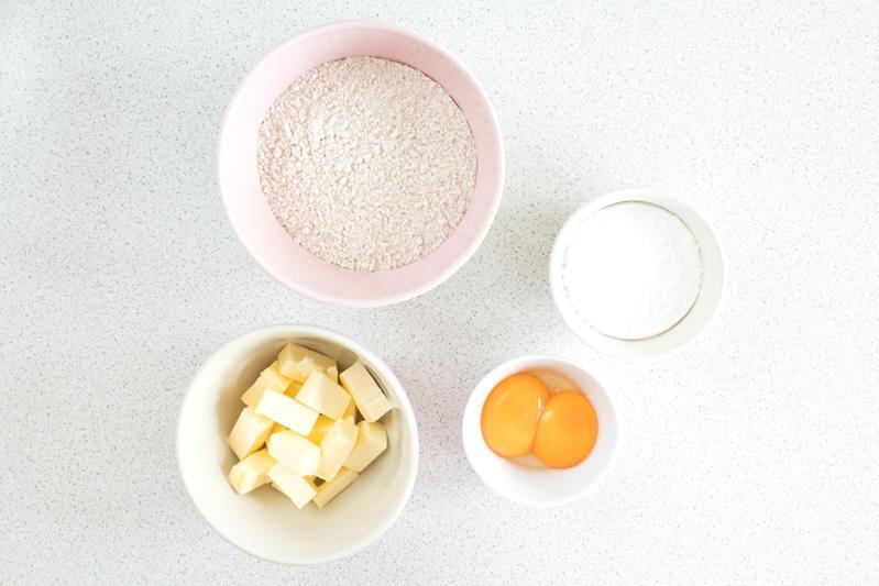 masło, mąka pełnoziarnista, cukier puder, żółtka