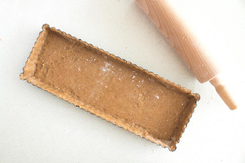 ciasto kruche z mąki pełnoziarnistej wyłożone w formie