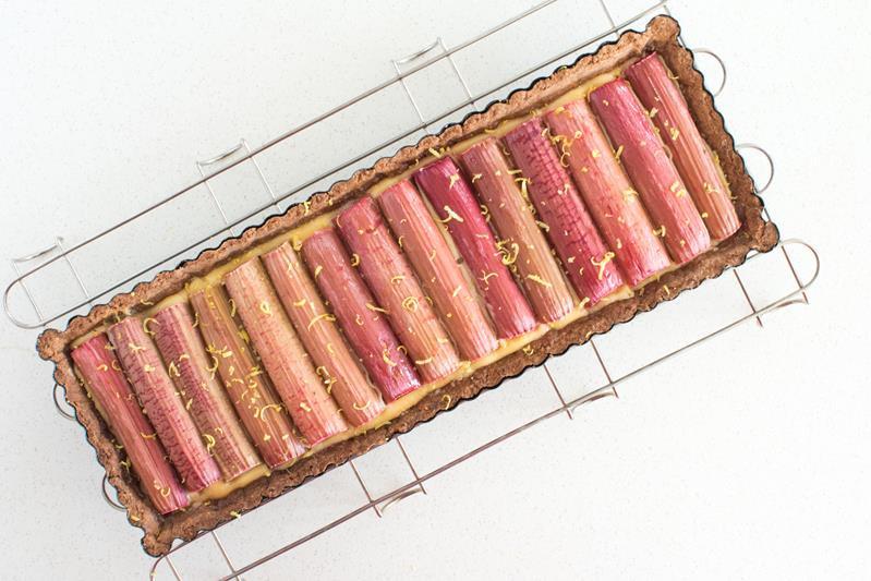 upieczona tarta z rabarbarem i nutą cytryny