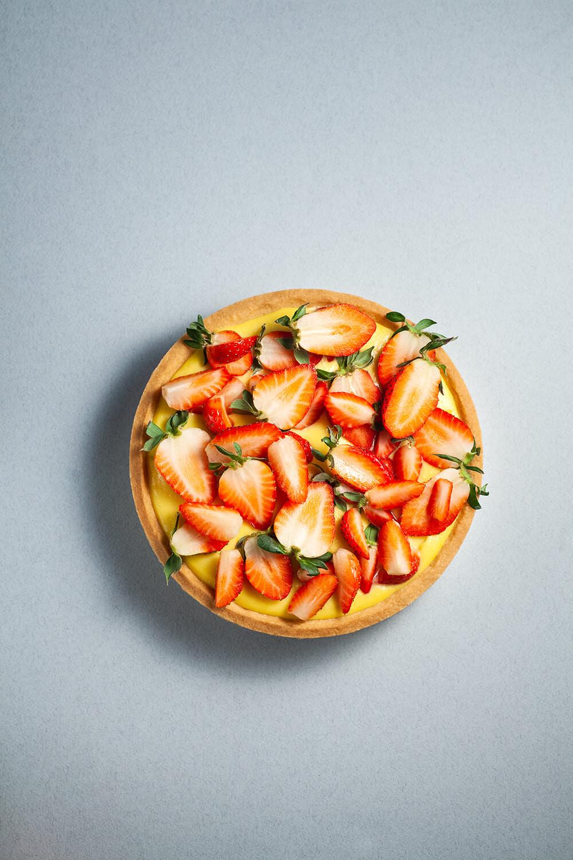 Tarta ze świeżymi truskawkami.