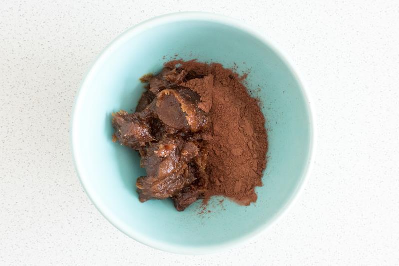 namoczone daktyle, olej kokosowy, kakao