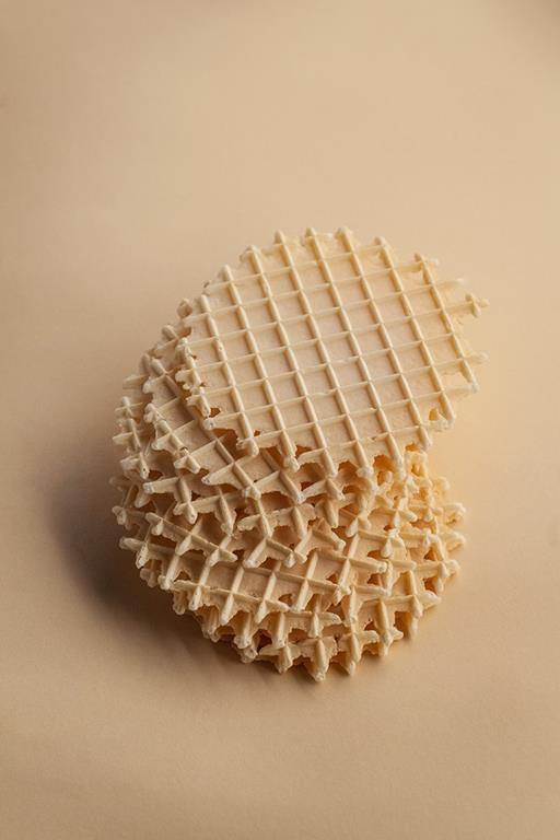 Okrągłe wafle ułożone w stosie.