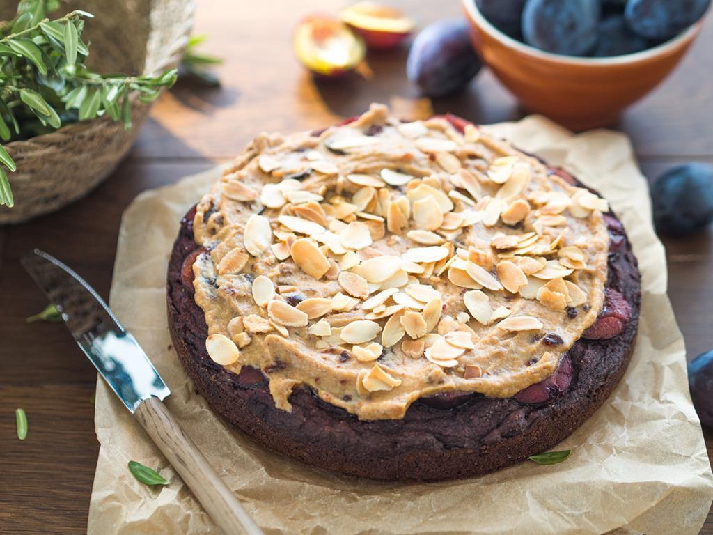 bezglutenowe ciasto ze śliwkami, kremem z daktyli i prażonymi płatkami migdałowymi - Wszystkiego Słodkiego