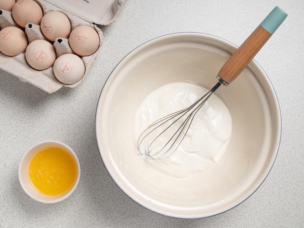 jogurt, rozpuszczone masło i jajka