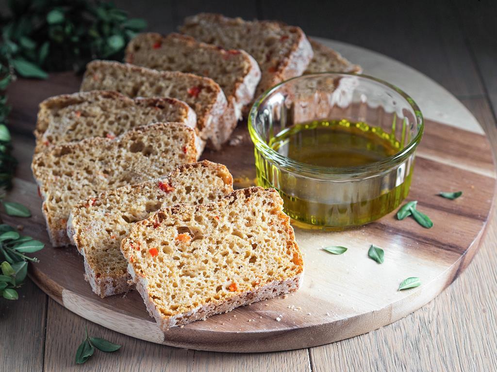 chleb z papryką i parmezanem podany z oliwą