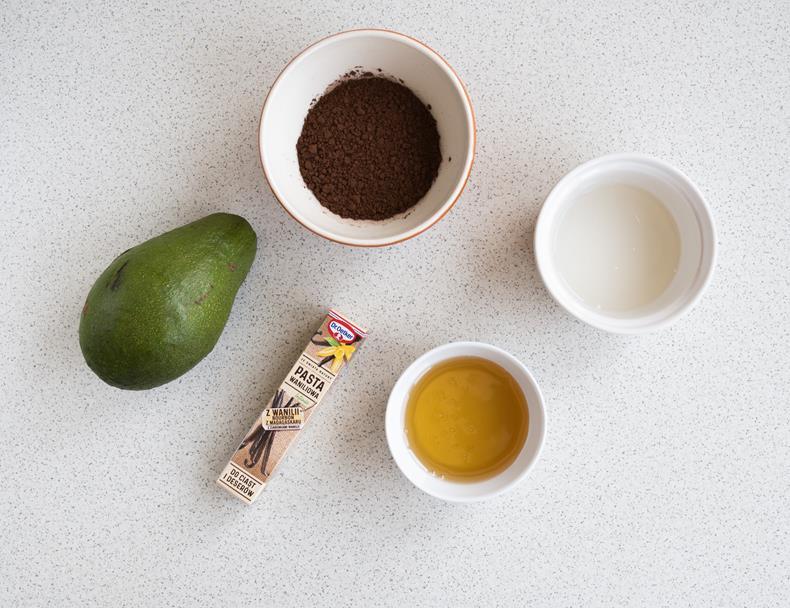 kakao, mleko kokosowe, syrop z agawy w miseczkach, awokado i pasta waniliowa