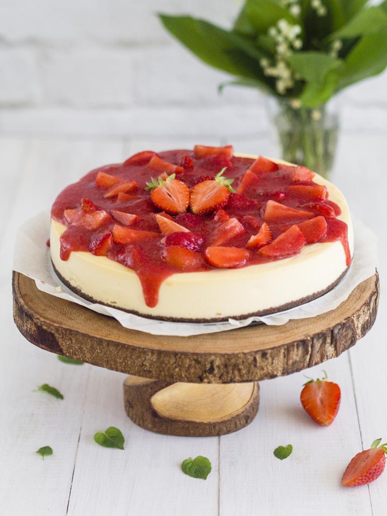 Sernik z białą czekoladą i truskawkami na drewnianej paterze - Wszystkiego Słodkiego