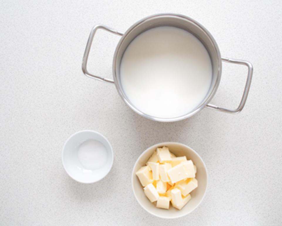 mleko, woda, masło sól i cukier