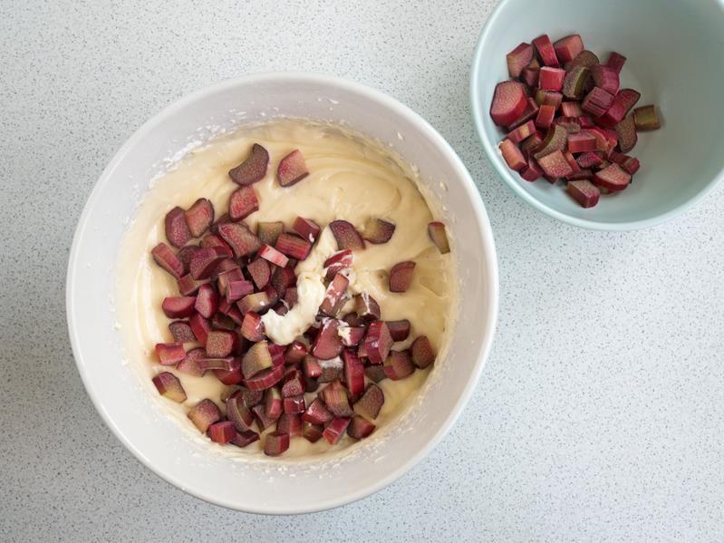 masa jogurtowa z rabarbarem w misce