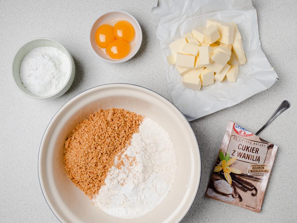 mąka, mielone migdały. masło, żółtka, cukier puder, cukier z wanilią