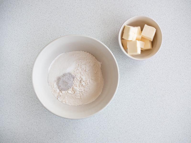mąka, cukier, sól i masło w miseczkach