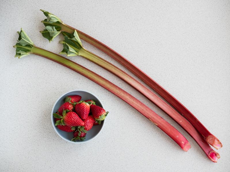 rabarbar na blacie i truskawki w miseczce