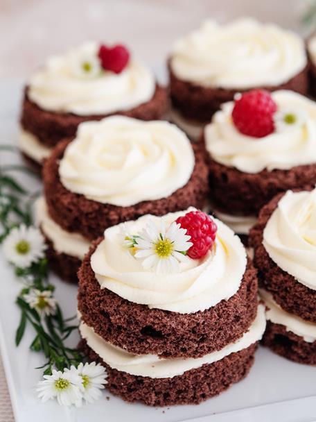 Mini torciki czekoladowe z rabarbarową nutą i kremem