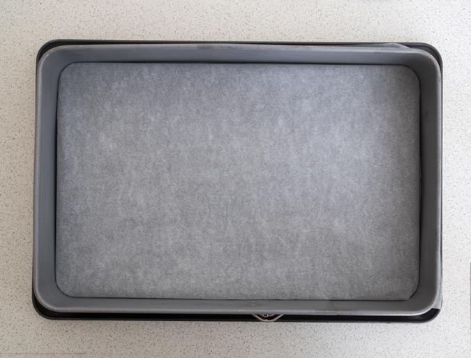 forma do pieczenia wyłożona papierem do pieczenia