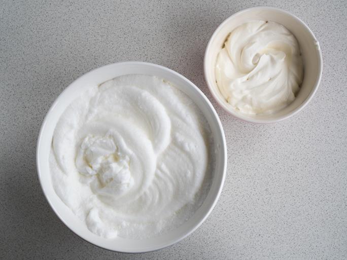 ubite białka i bita śmietanka w miseczkach