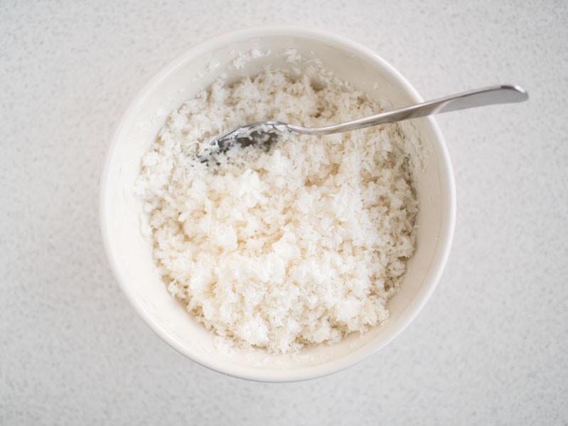 wiórki kokosowe wymieszane z likierem