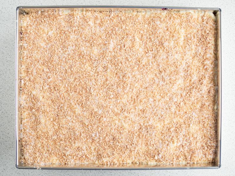 ciasto raffaello bez pieczenia posypane wiórkami kokosowymi